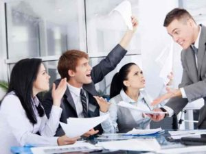 Каждый сотрудник и руководитель подписывают контракт
