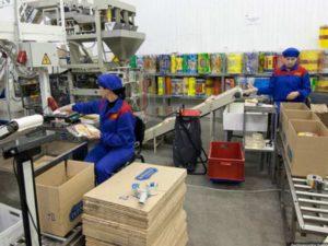 Отбирать нужные товары в соответствии с переданным ему документом.