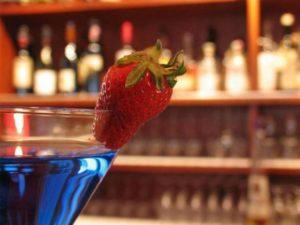 Коктейль бар обычно предлагает широкий ассортимент напитков разной крепости